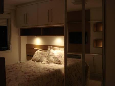 decoração de quarto de casal pequeno com guarda-roupa flutuante