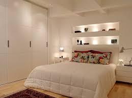 decoração de quarto de casal pequeno com guarda-roupa