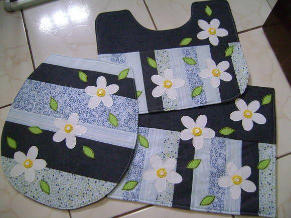 jogo de banheiro em tecido com flores azuis