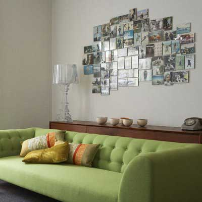 parede com fotos atrás do sofá