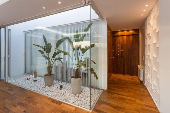 Casas modernas veja mais de 100 modelos projetos e - Jardines interiores en casas modernas ...