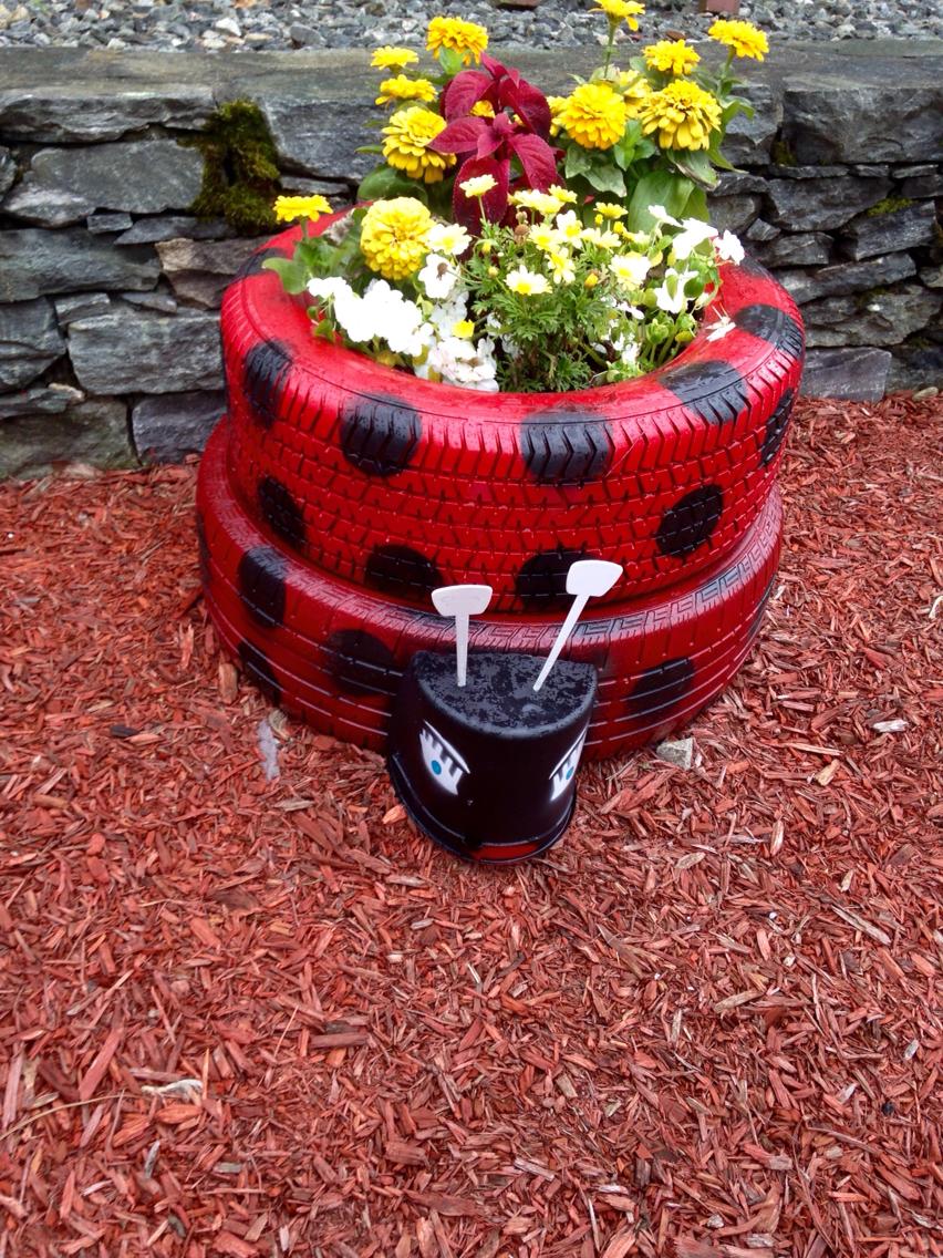 Jardim com pneus veja 60 modelos para decorar seu quintal for Modelos de jardines pequenos con llantas