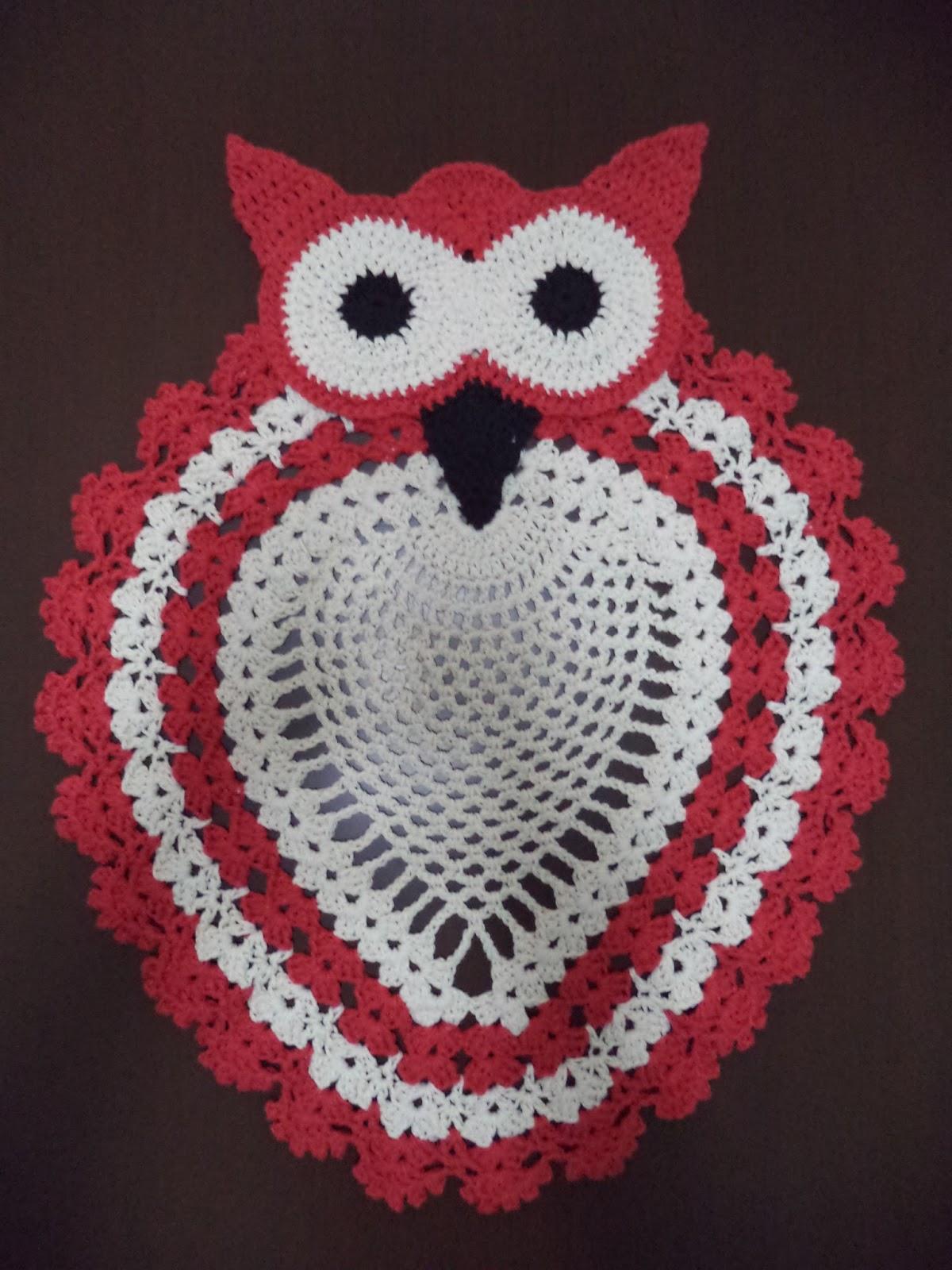 Coruja de crochê vermelha e branca