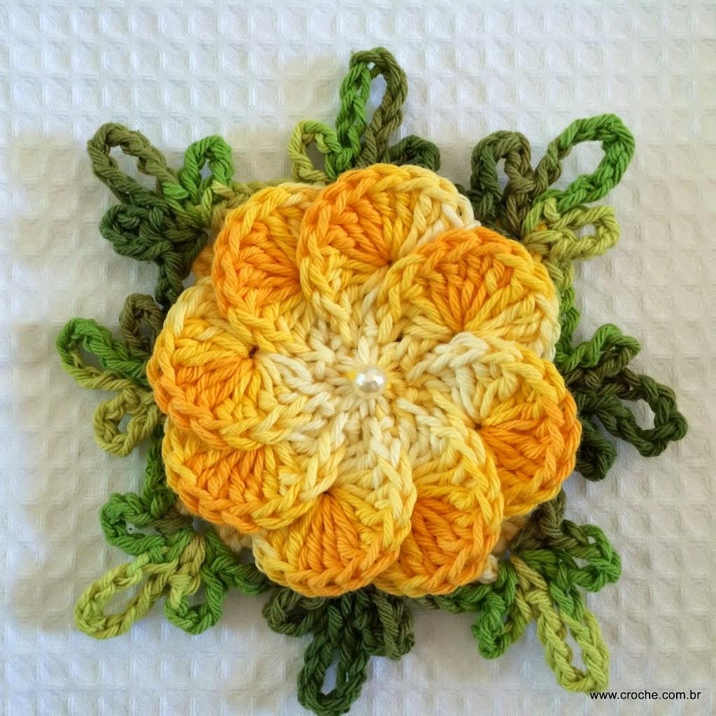 Flores de crochê amarela com pérola