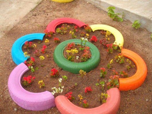 Jardim com pneus cortados