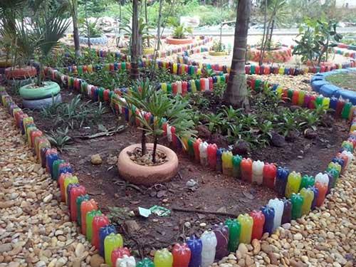 Jardim com pneus e garrafas pet