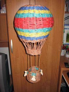 balões e jornal combinados no artesanato