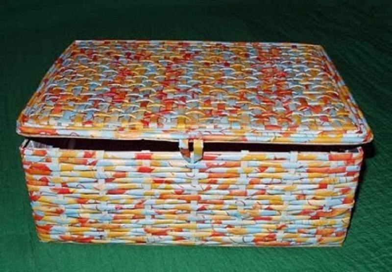 canudos confecionando uma caixa
