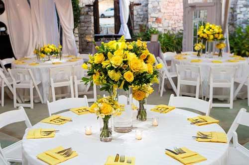 Arranjos de mesa amarelo