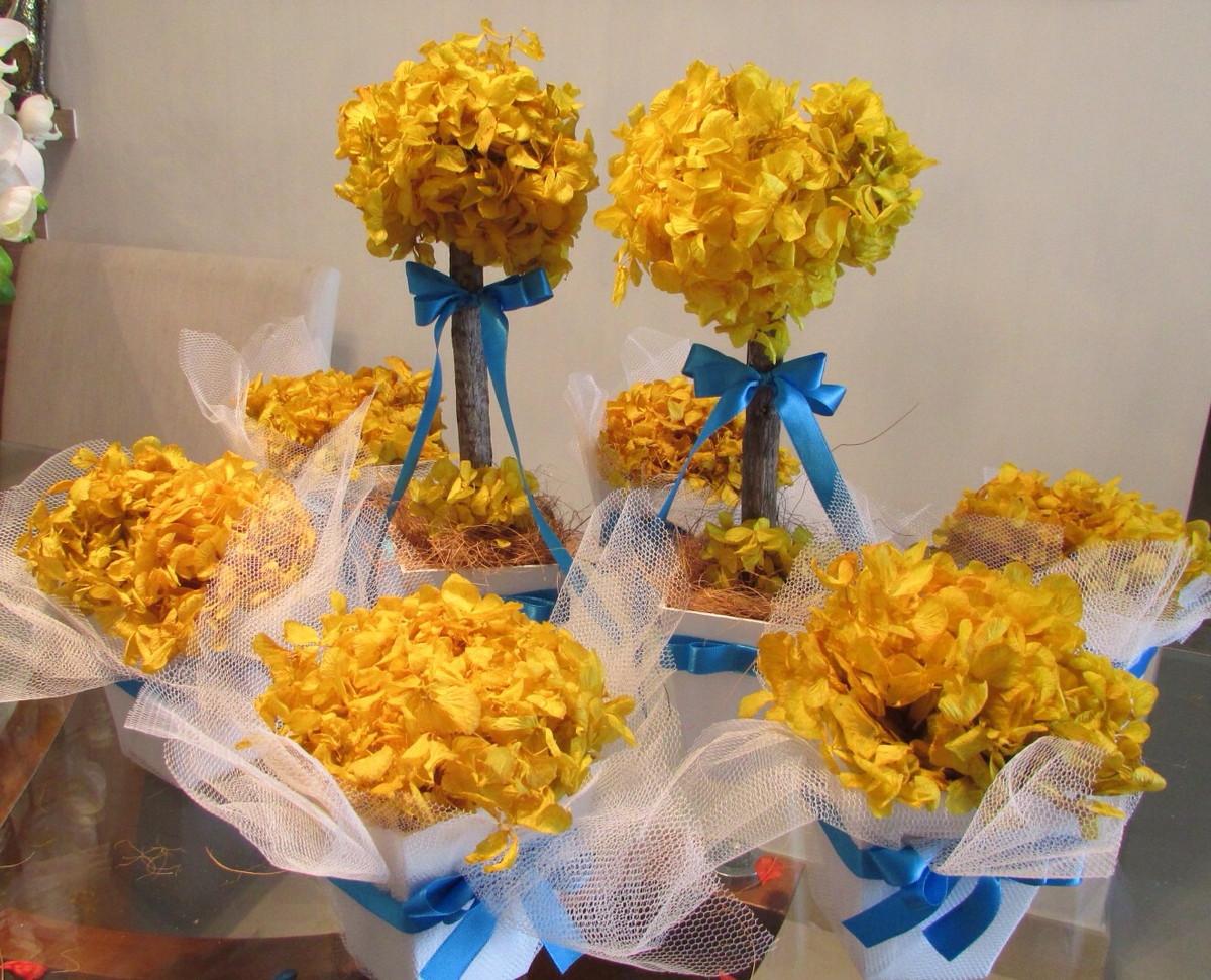 Arranjos de mesa azul e amarelo
