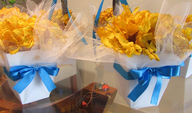 Arranjos de mesa azul e amareloo