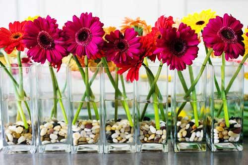 Arranjos de mesa com flores coloridas