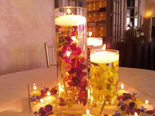 Arranjos de mesa com velas e água