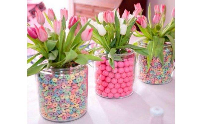 Arranjos de mesa para aniversario com flores coloridas