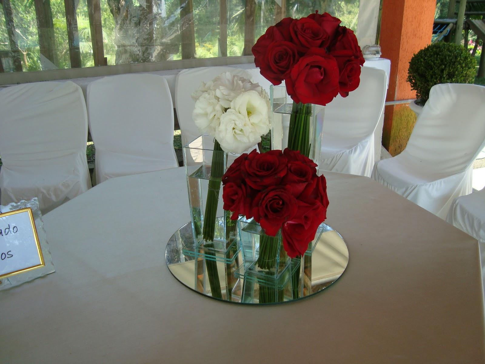 Arranjos de mesa vermelho e branco e espelhos