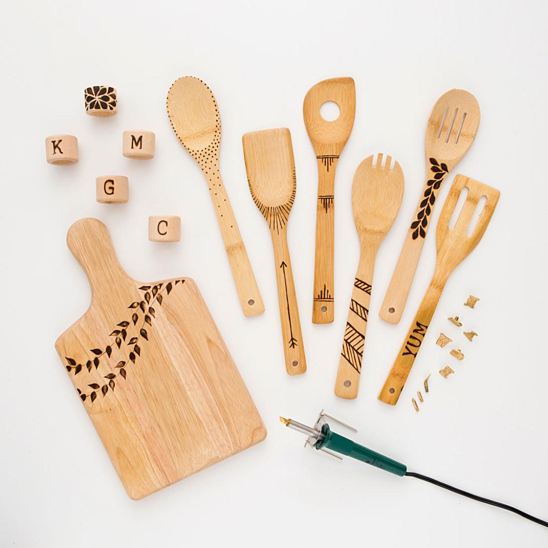 Artesanato em madeira da cozinha com pirografo
