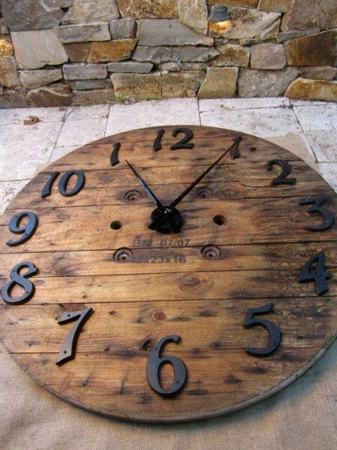 Artesanato em madeira de demolição como relógio