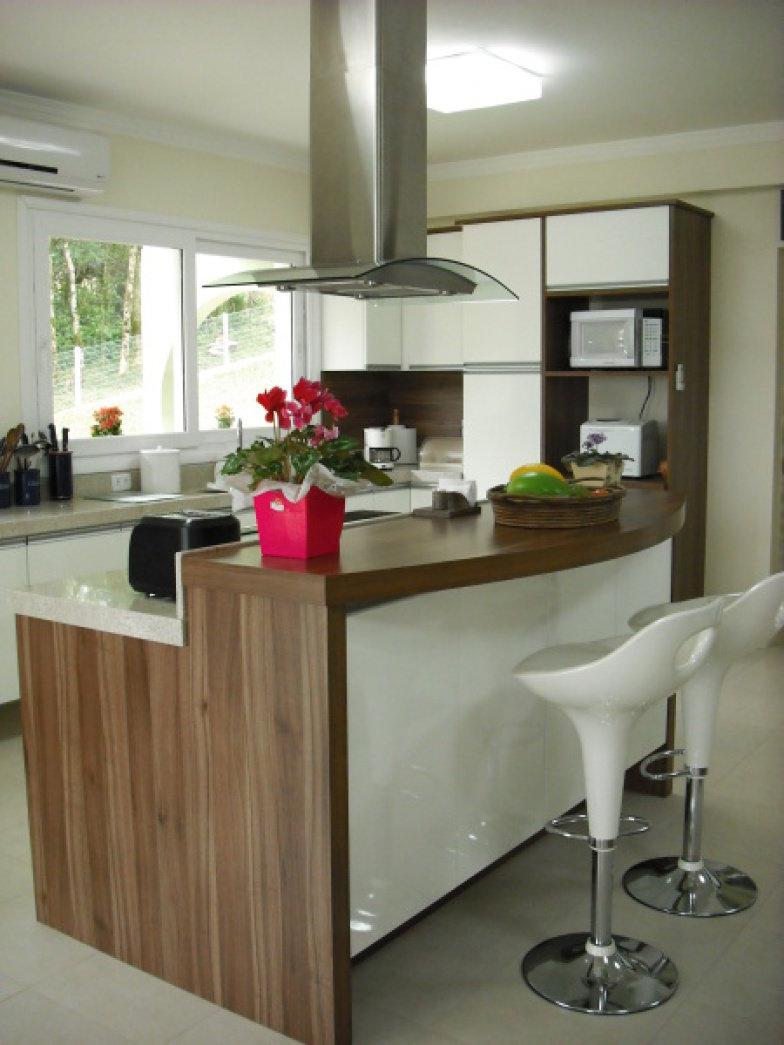 Bancada com madeira lateral e brancos brancos na cozinha
