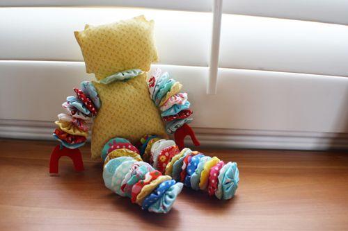 Bonequinho de tecido de varias cores artesanal