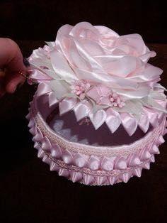 Caixinha artesanal com flor de tecido em cima