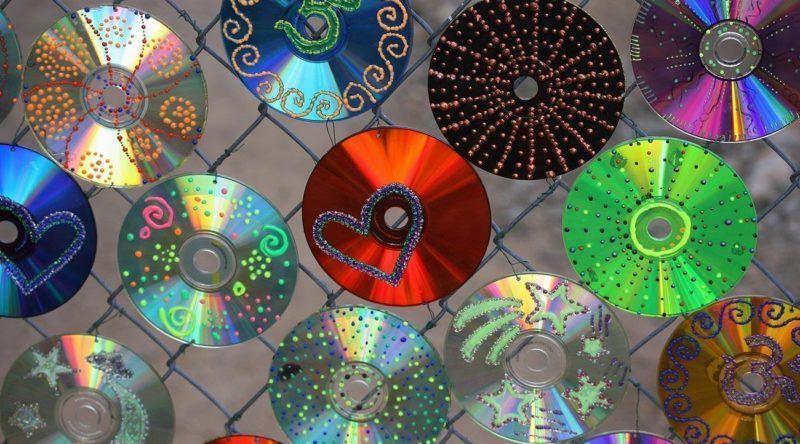 Cds reciclados diversos com cários tipos de decoração