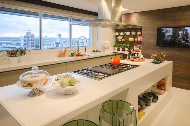 Cozinha com ilha longa moderna e com muito espaço