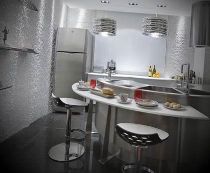 Cozinha com parede cinza peqena com bancada em meia lua