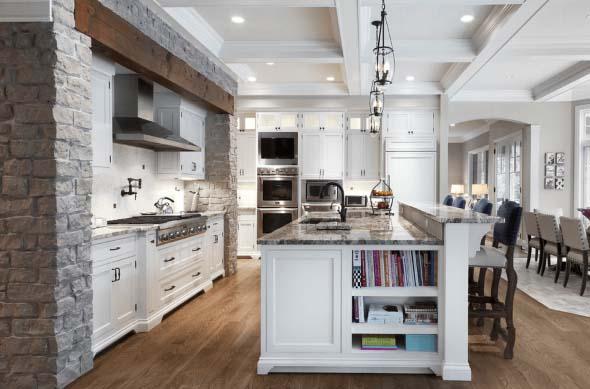 Cozinha moderna com ilha em branco em baixo e granito em cima