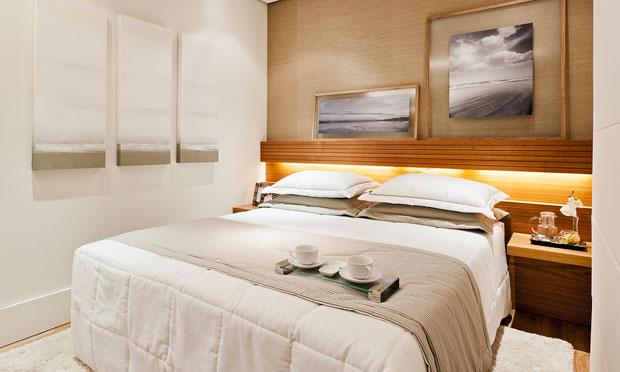 Decoração de quarto de casal pequeno com luzes na cabeceira