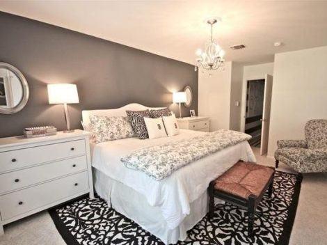 Decoração de um quarto de casal com estilo moderno com tapetes