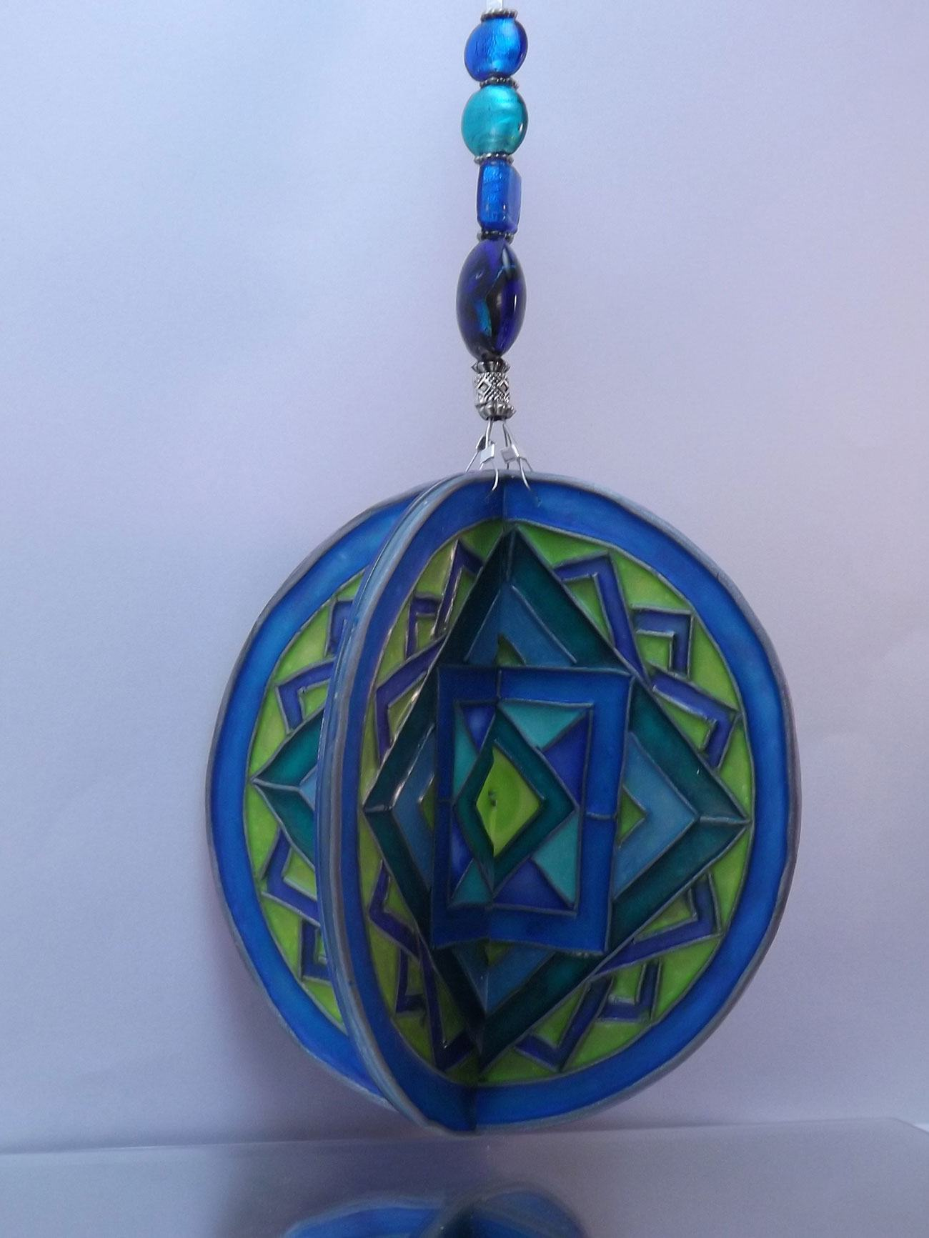 Enfeite azul com corrente feito com cd reciclado