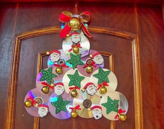 Enfeite para a porta feito com cd para época do natal