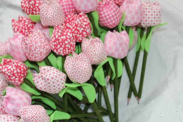 Flores artesanais feitas em tecido rosa e verde