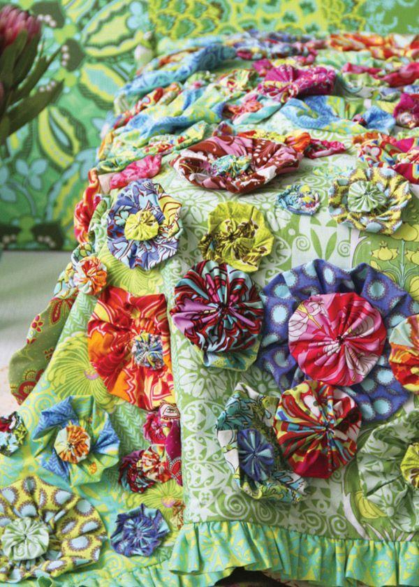 Fuxico artesanal colocada em tecido longo e verde