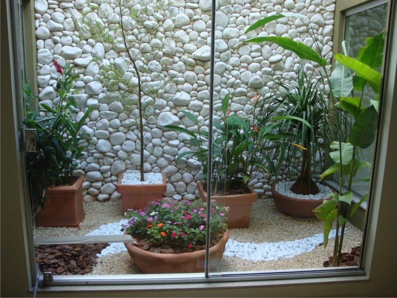 Jardim de inverno aberto com pedras brancas