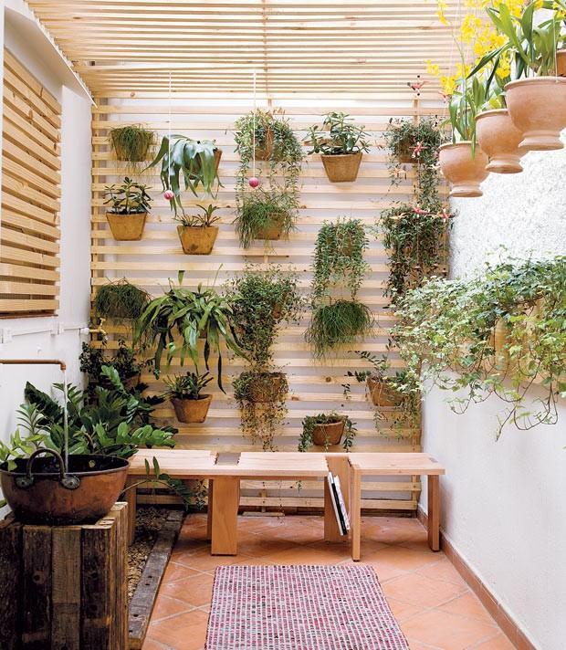 Jardim de inverno com paletes com vasos