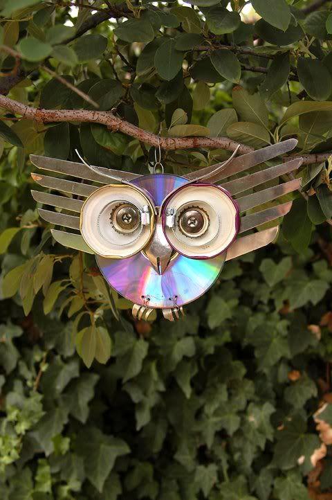 Linda coruja feita em cd como artesanato pendurada em um galho