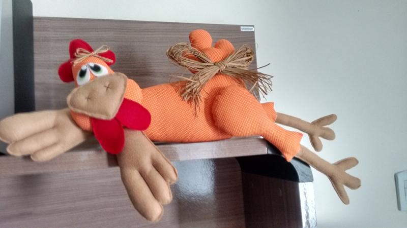 Linda galinha grande feita artesanalmente em tecido na cor laranja