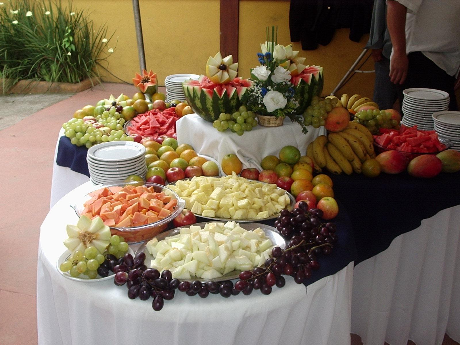 Mesa de frutas para almoço