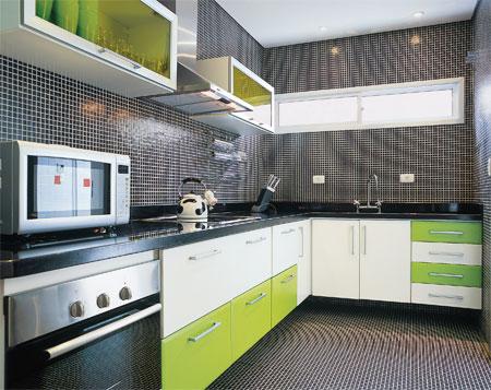 Pastilhas cinzas na cozinha com móveis verde claro e branco