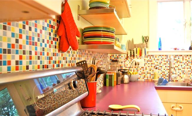 Pastilhas coloridas nas mais diversas cores na aprede de uma cozinha mdoerna