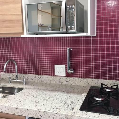 Pastilhas em roxo na sua cozinha moderna com torneira em cromado