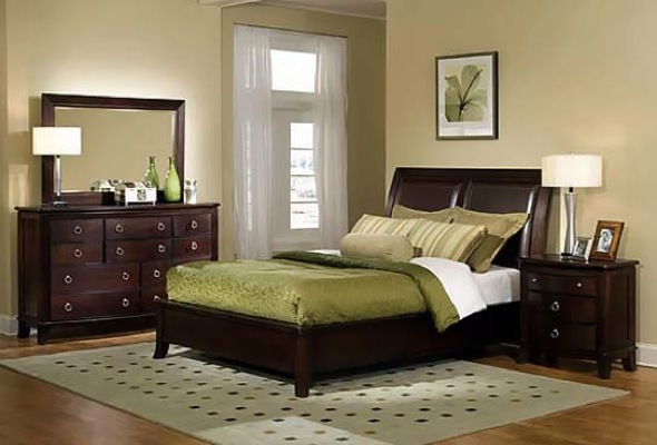 Quarto de casal pequeno com decoração verde e marrom nos móveis