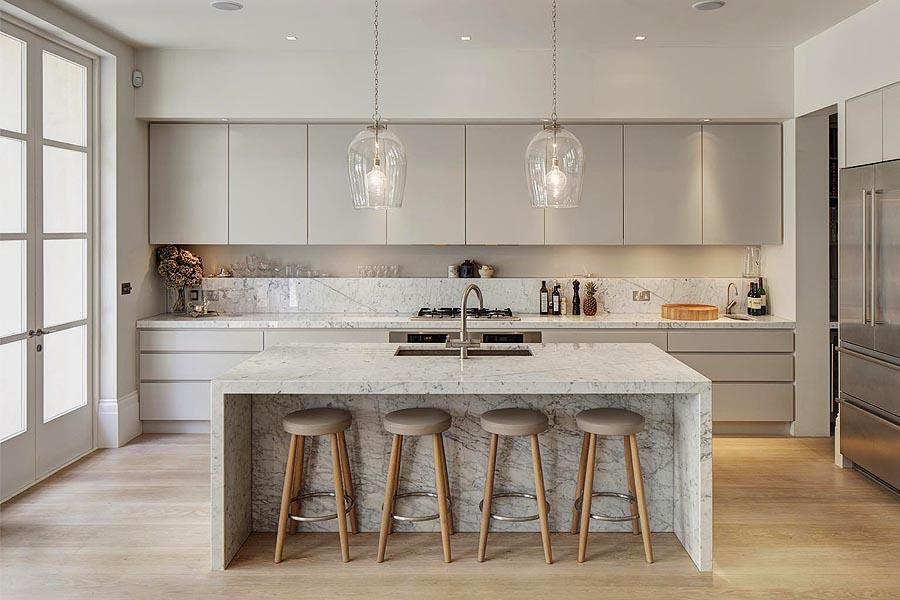 cozinha com bancada moderna e linda com bancos escondidos
