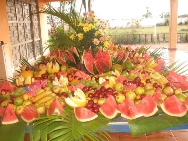 mesa de frutas baile do hawai