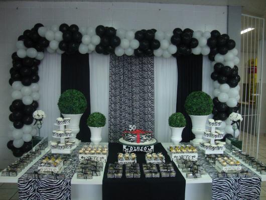 Decoração com balões branco e preto como arco