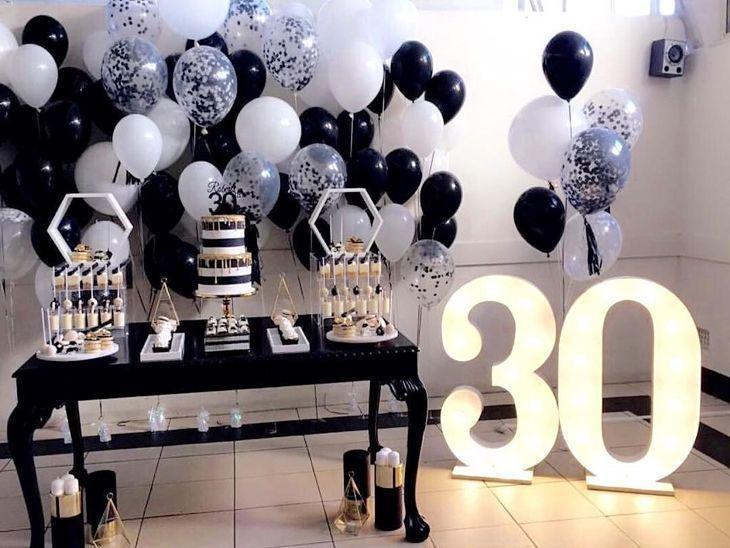 Decoração com balões branco e preto