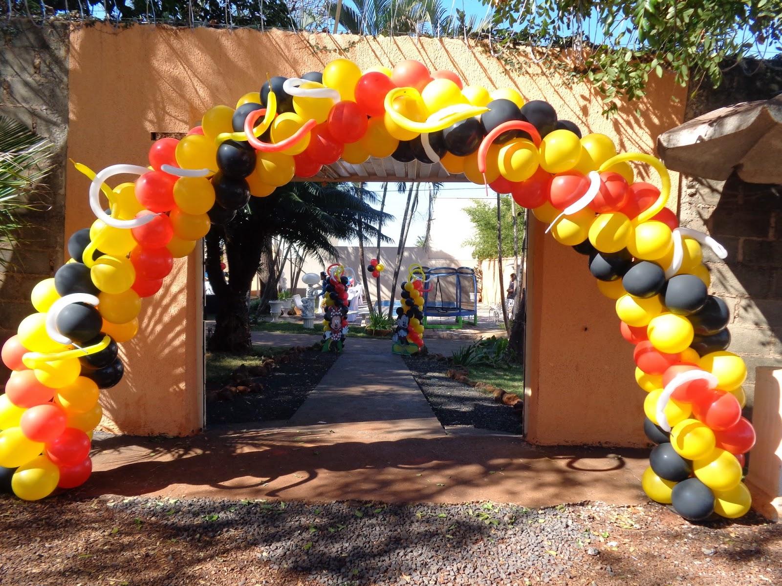 Decoração com balões compridos no arco