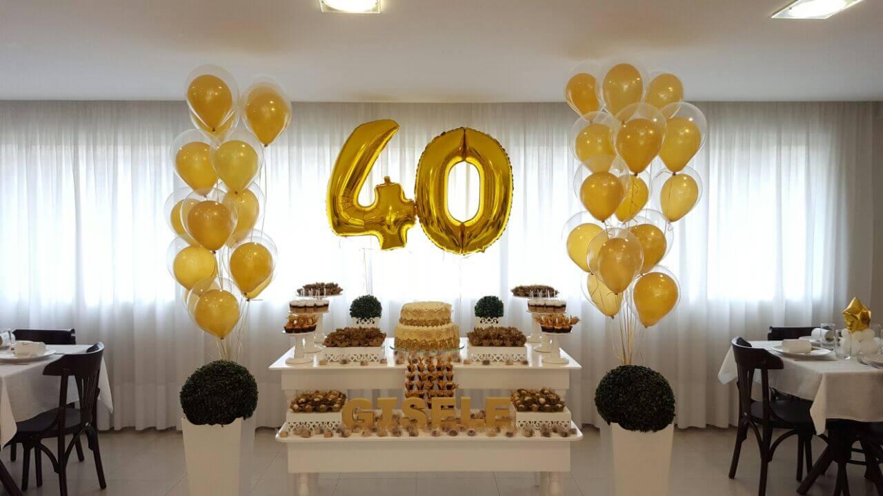 Decoração com balões de números dourados
