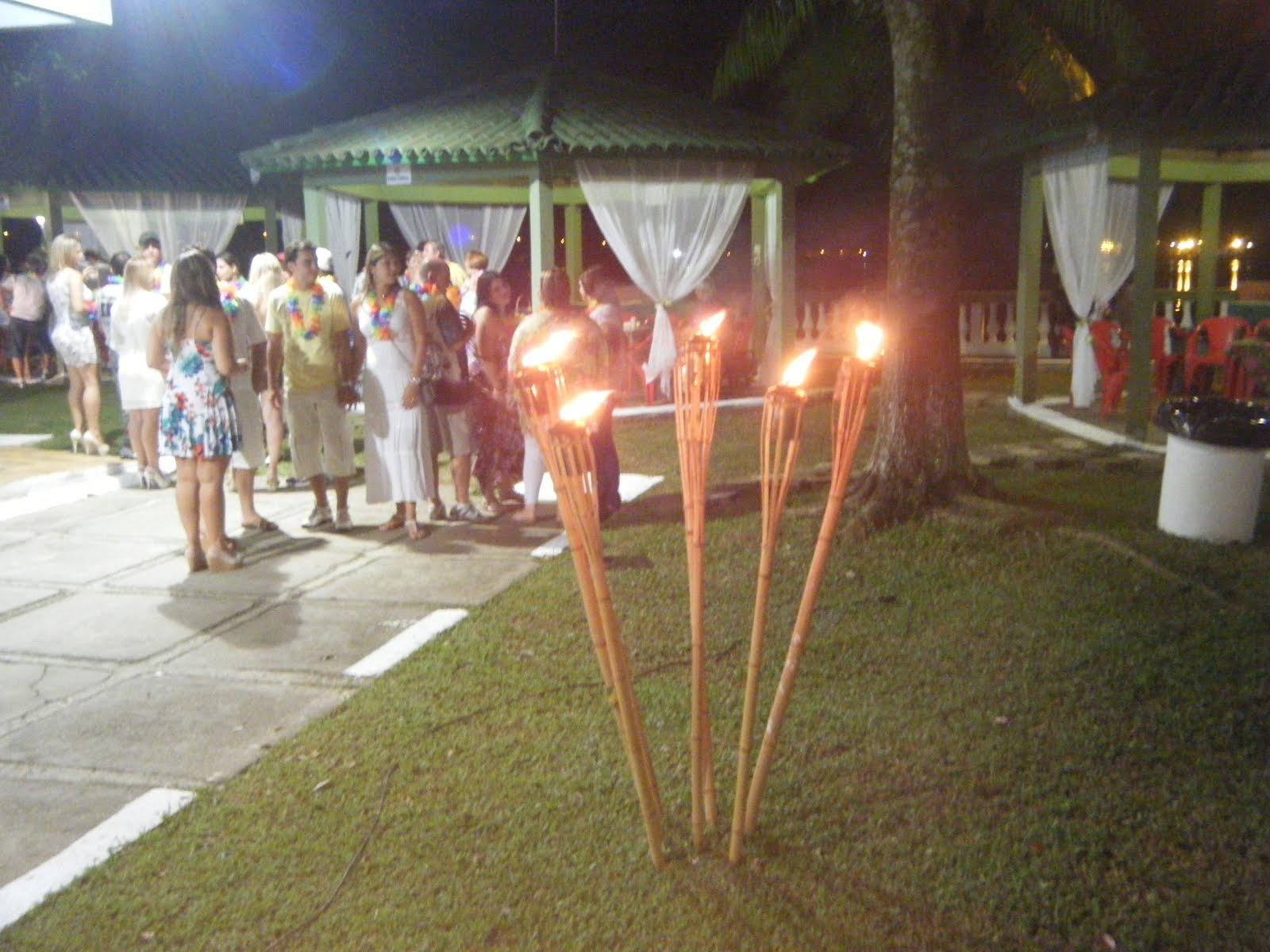 Festa tropical a noite com tochas